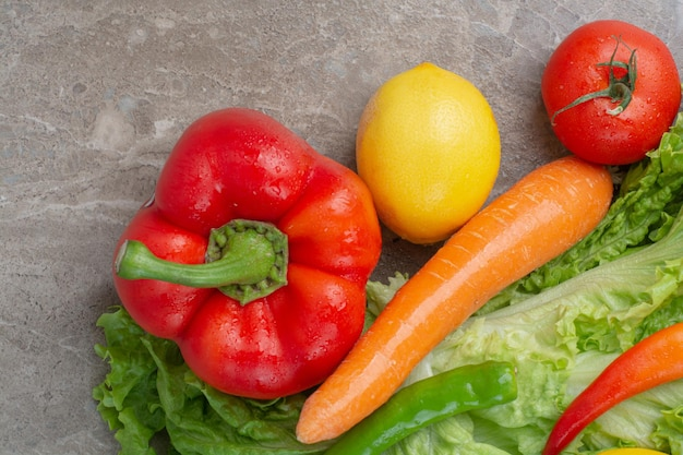 Verse groenten op marmeren achtergrond. hoge kwaliteit foto