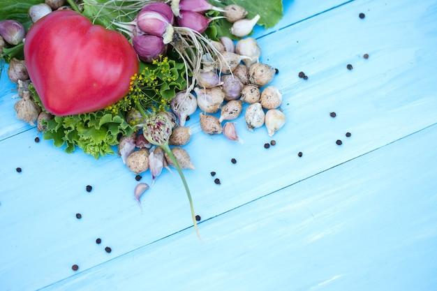 Verse groenten op natuurlijke houten blauwe tafel. russische traditionele groenten. afgezwakt. selectieve aandacht. bovenaanzicht.