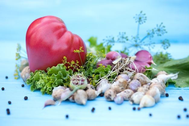 Verse groenten op natuurlijke houten blauwe tafel. russische traditionele groenten. afgezwakt. selectieve aandacht.
