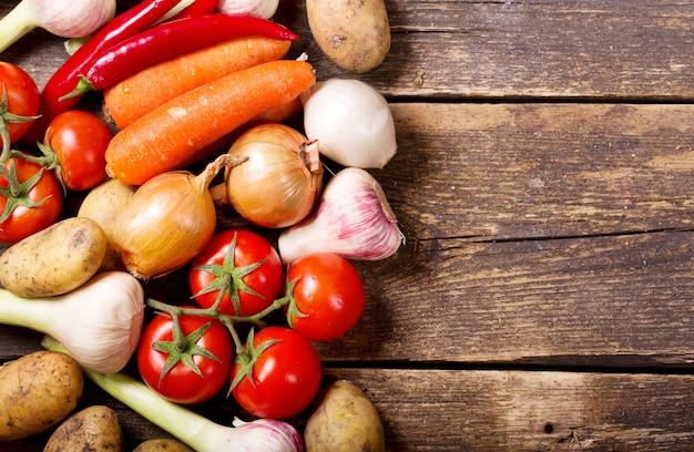 Verse groenten op oude houten tafel, bovenaanzicht
