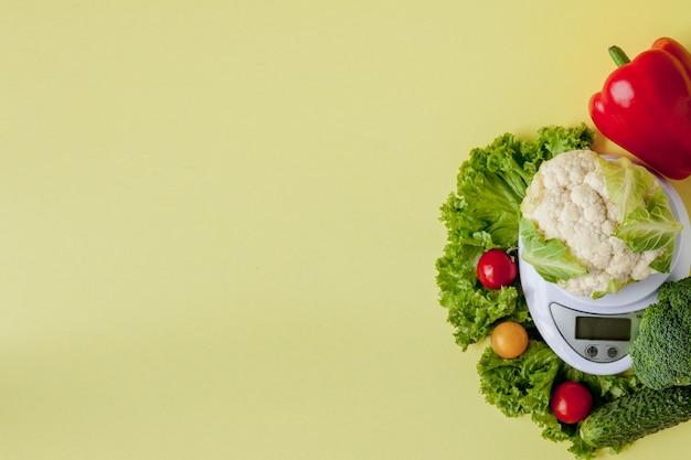 Verse groenten op vaas op geel. gezond eten, dieetplanning, gewichtsverlies, detox, biologische landbouw