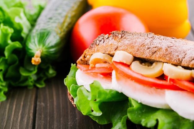 Verse groenten, salade, eieren en paddestoelen liggen tussen stukken knapperig volkorenbrood
