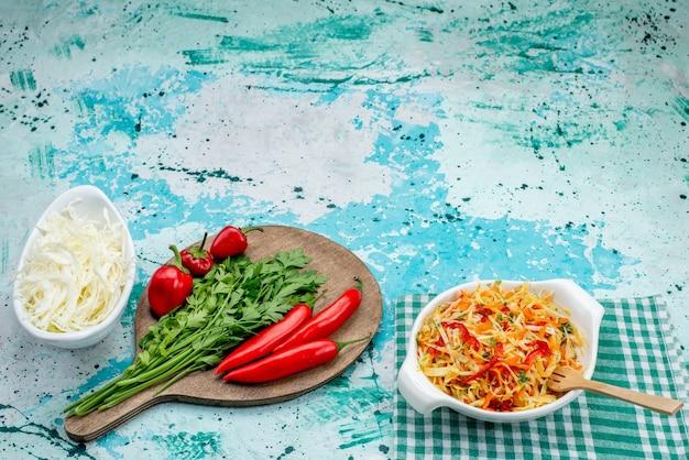 Verse groenten samen met rode pittige paprikasalade op helderblauw
