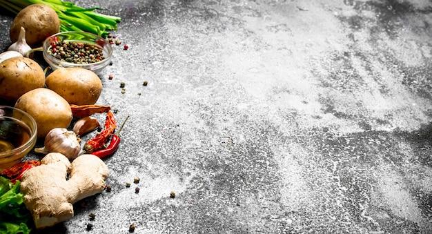 Verse groenten . verse groenten met kruiden en specerijen. op rustieke tafel.