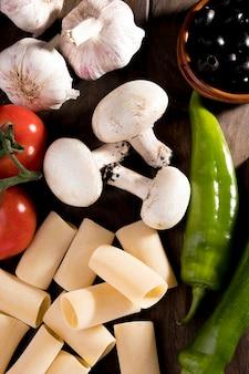 Verse groenten voor pasta op bureau