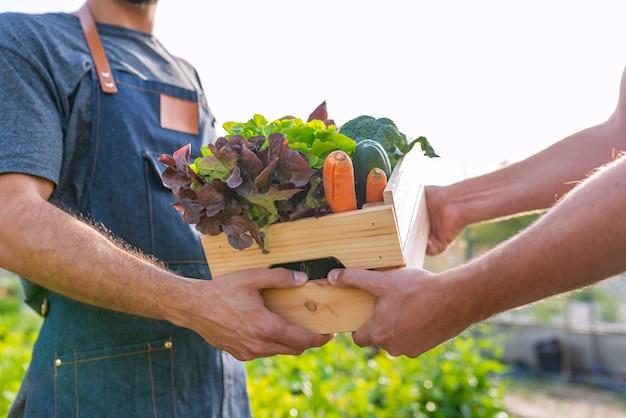 Verse groenten worden verkocht bij boeren marke
