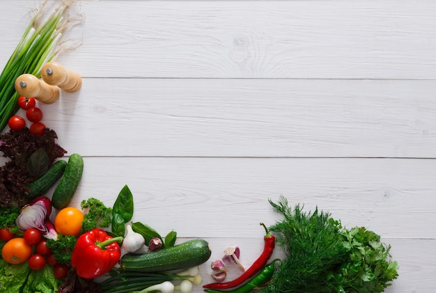 Verse groentengrens op wit hout met exemplaarruimte