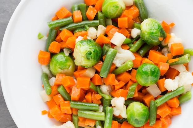 Verse groentenmix in een witte kom.