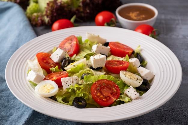 Verse groentensalade op een plaat. gezond en dieet voedselconcept.