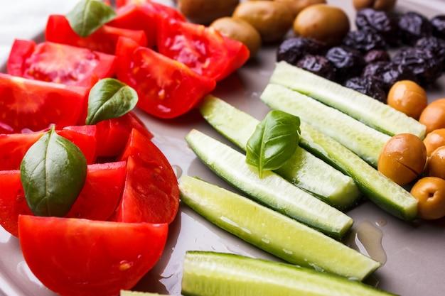 Verse groententomaten, komkommer en olijven voor turks ontbijt