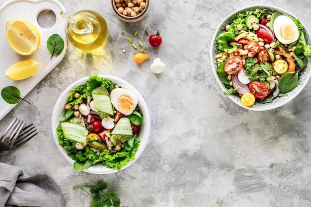 Verse groentesalade in een plaat op witte steen. bovenaanzicht
