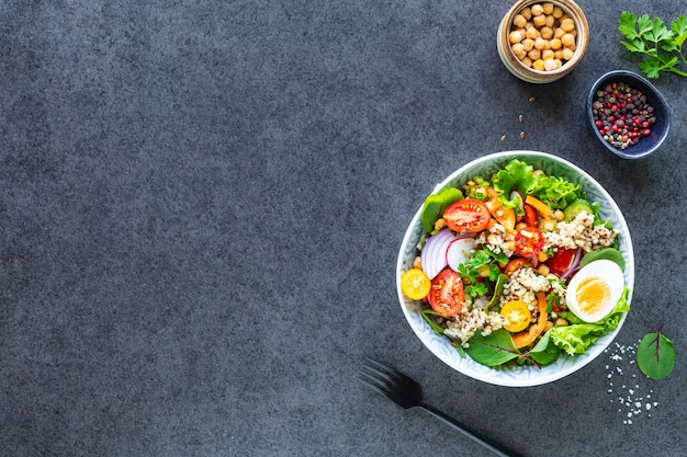 Verse groentesalade in een plaat op zwart. bovenaanzicht