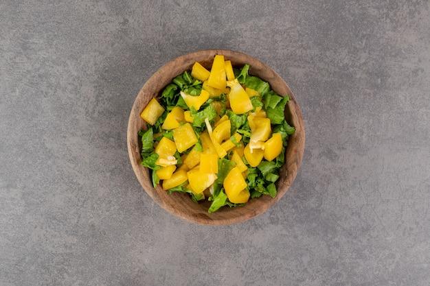 Verse groentesalade in houten kom. hoge kwaliteit foto