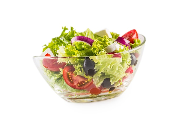 Verse groentesalade in kom die op wit wordt geïsoleerd