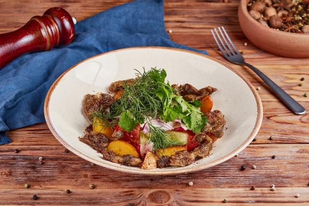 Verse groentesalade met ingewanden, houten