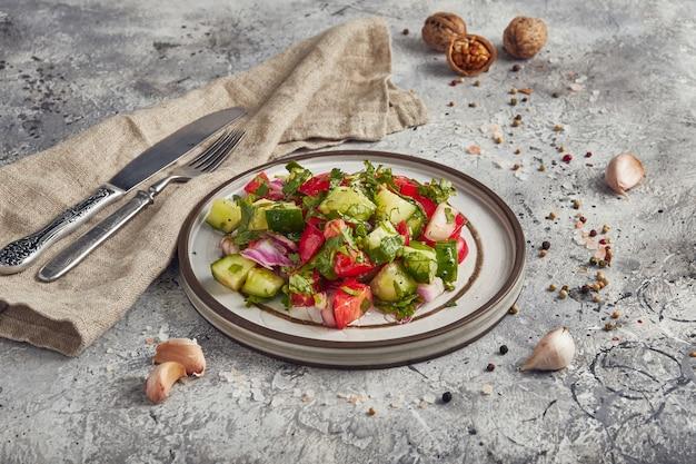 Verse groentesalade op een plaat, lichte achtergrond