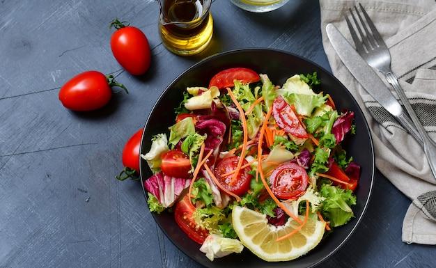 Verse groentesalade van tomaat, sla