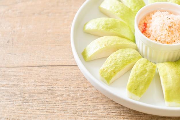 Verse guave gesneden met chili en zout dipping