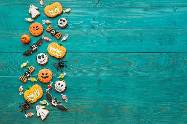 Verse halloween-peperkoekkoekjes op groene houten tafel heerlijke gemberkoekjes voor halloween