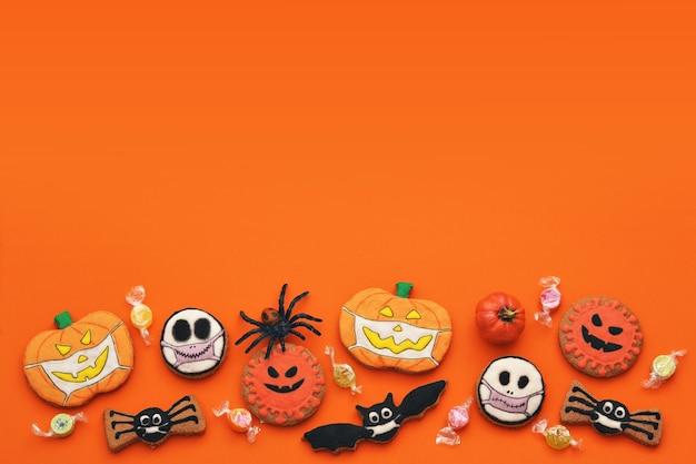 Verse halloween-peperkoekkoekjes op oranje achtergrond heerlijke gemberkoekjes voor halloween