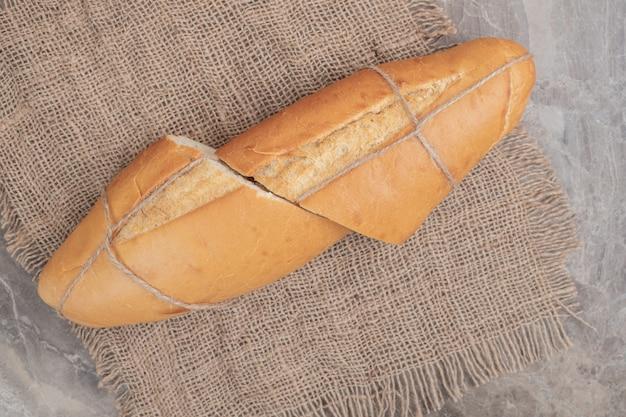Verse halve stukken brood vastgebonden met touw op jute. hoge kwaliteit foto