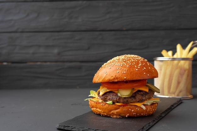 Verse hamburger en frietjes op zwarte houten