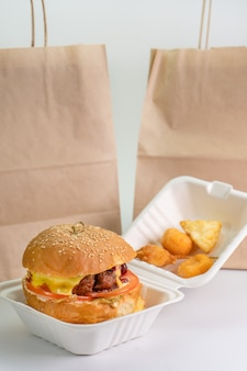 Verse hamburger in eco verpakking, fast food, geïsoleerde witte achtergrond. levering van hamburger, burger