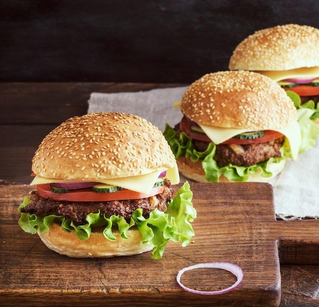 Verse hamburgerclose-up op houten rustieke scherpe raad