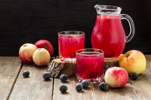 Verse heerlijke compote van appels en sleedoorn op houten tafel