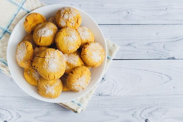 Verse heerlijke koekjes gemaakt met witte suiker, maïsmeel en olijfolie. bloem koekje.