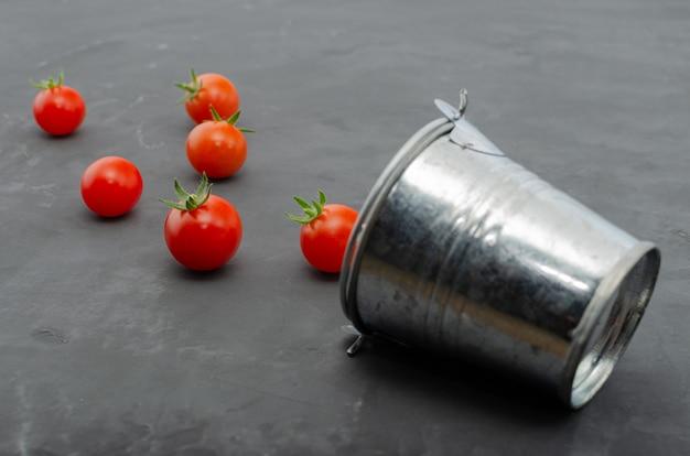 Verse heldere cherrytomaten gemorst uit een emmer. bovenaanzicht