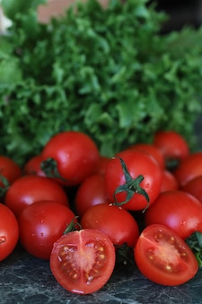 Verse heldere en sappige tomaten op de keukentafel