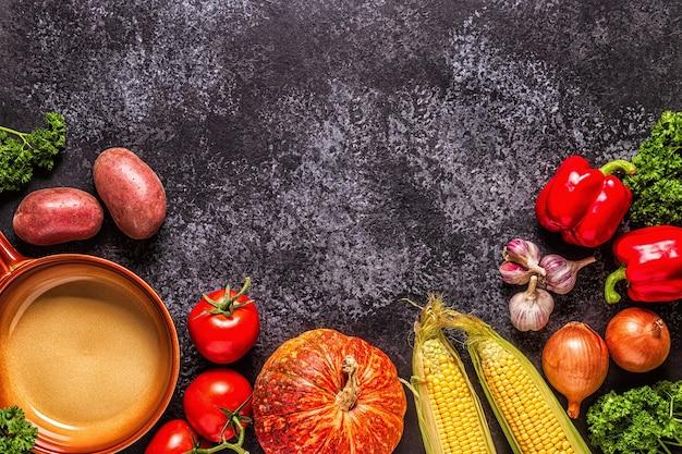 Verse herfstgroenten voor het koken op een donkere achtergrond
