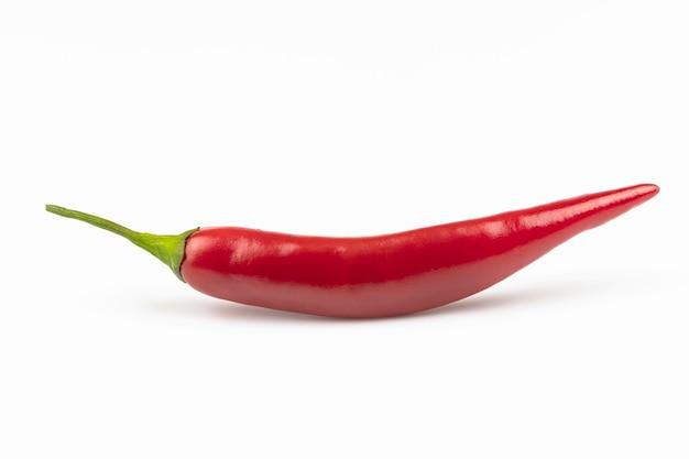 Verse hete rode peper close-up geïsoleerd op een witte achtergrond.