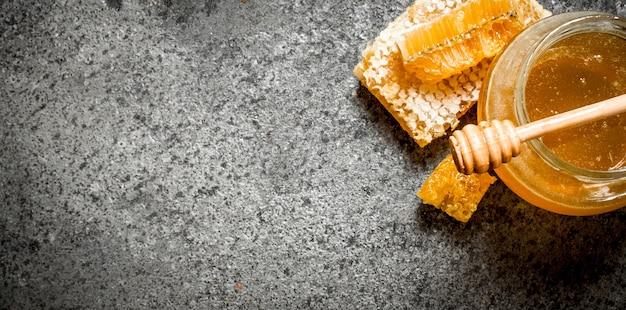 Verse honing in pot met houten lepel