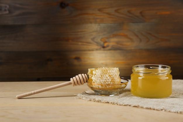 Verse honing is op houten achtergrond