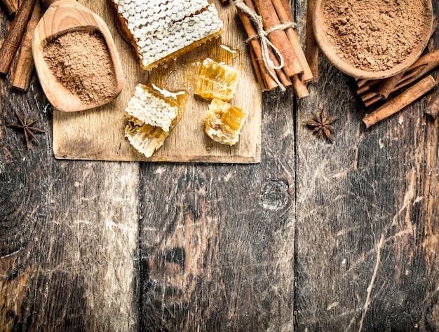 Verse honing met kaneel. op houten achtergrond.