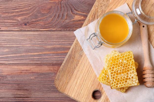Verse honing op de tafel close-up op een gekleurde achtergrond