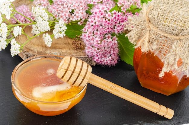 Verse honing van wilde bloemen en kruiden