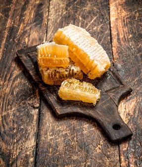 Verse honingraat op het bord. op houten tafel.