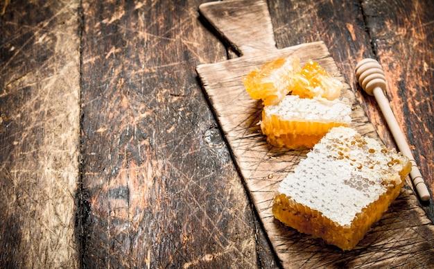 Verse honingraat op het bord