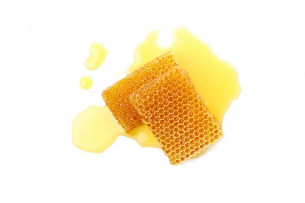 Verse honingraatstukken die op witte achtergrond worden geïsoleerd