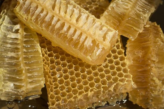 Verse honingraatstukken op een plaat