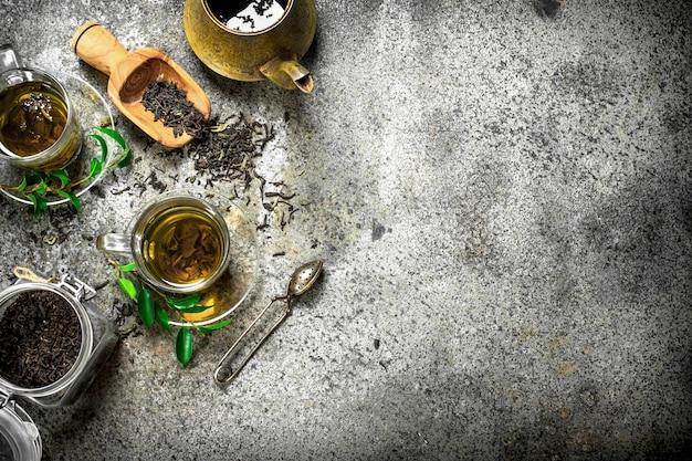 Verse indiase thee met een brouwer. op een rustieke achtergrond.