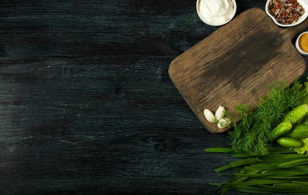 Verse ingrediënten voor broodjes op een donker bord op een gestructureerde ondergrond