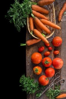 Verse ingrediënten voor het koken, tomaten en wortelen
