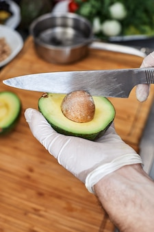 Verse ingrediënten voor salade of dip voor het maken van avocado, tomaten, noten
