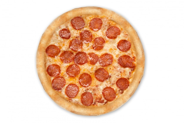 Verse italiaanse klassieke originele die pepperonispizza op wit wordt geïsoleerd