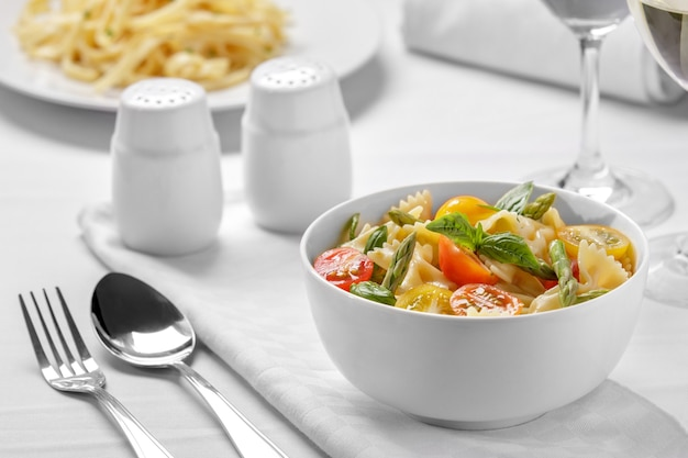 Verse italiaanse pasta farfalle salade op witte kom