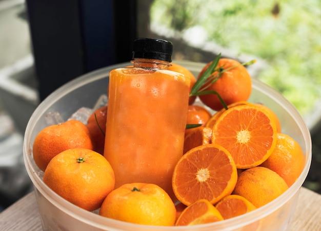 Verse jus d'orange fles veel waterdruppel, op achtergrondgeluid, wazig licht rondom